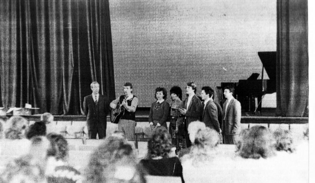 Наша церковь проводит богослужения в зале ИГПИ 1992-1993 гг.