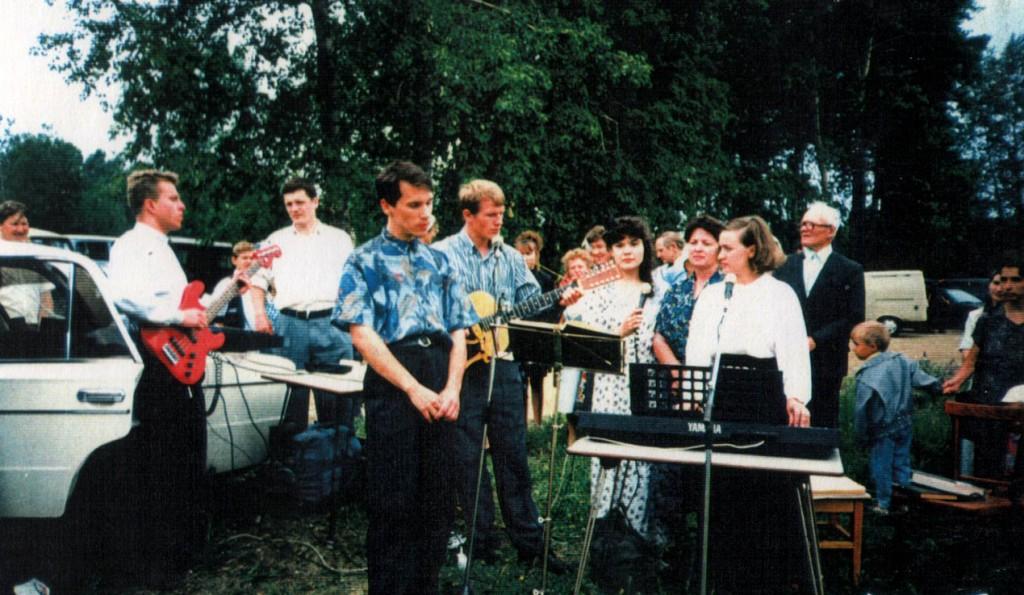 22 июня 1997 года. Крещение на реке Ангара. Крещение проводят совместно все три иркутские церкви ЕХБ. Из нашей церкви 2 человека заключили завет с Господом