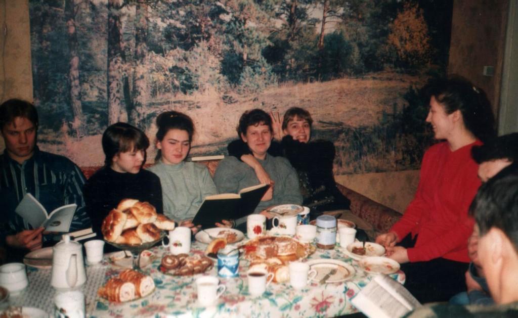 23 февраля 1998 г. На молодежном общении сёстры поздравляют братьев