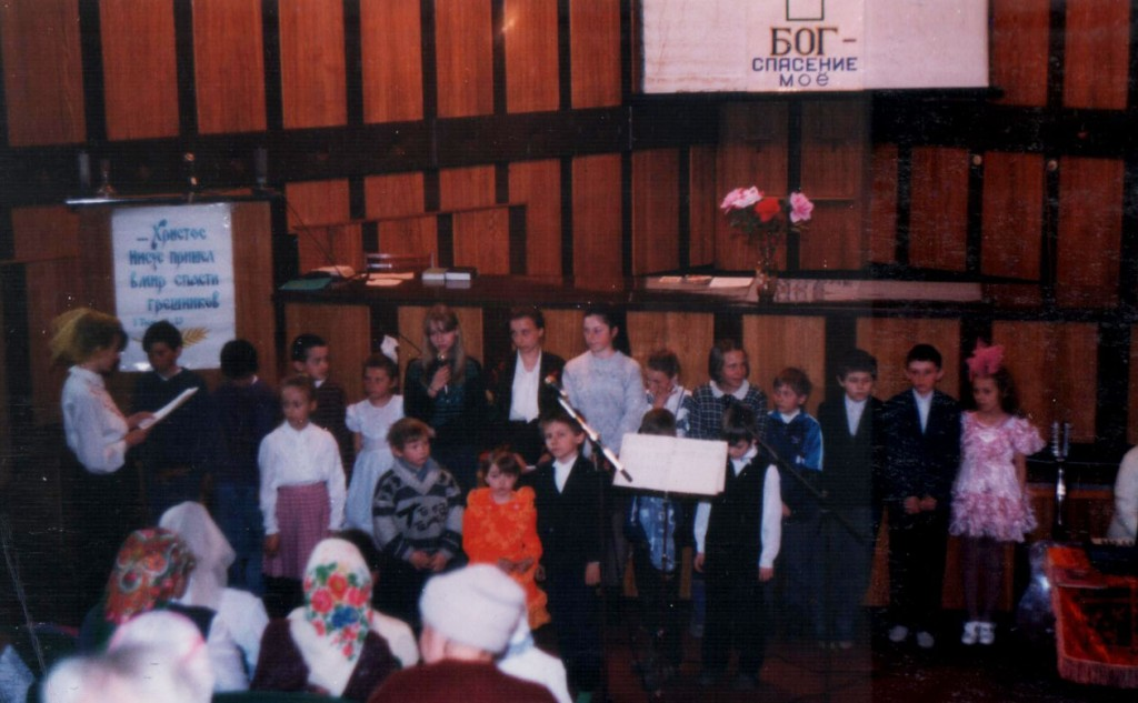 19 апреля 1998 г. Пасхальное богослужение. В воскресном богослужении участвует Воскресная школа