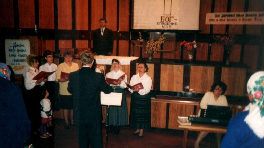 27 апреля 1997 г. Пасхальное богослужение в конференцзале АО Востокэнергомонтаж», ул. Декабрьских Событий 119 «А»