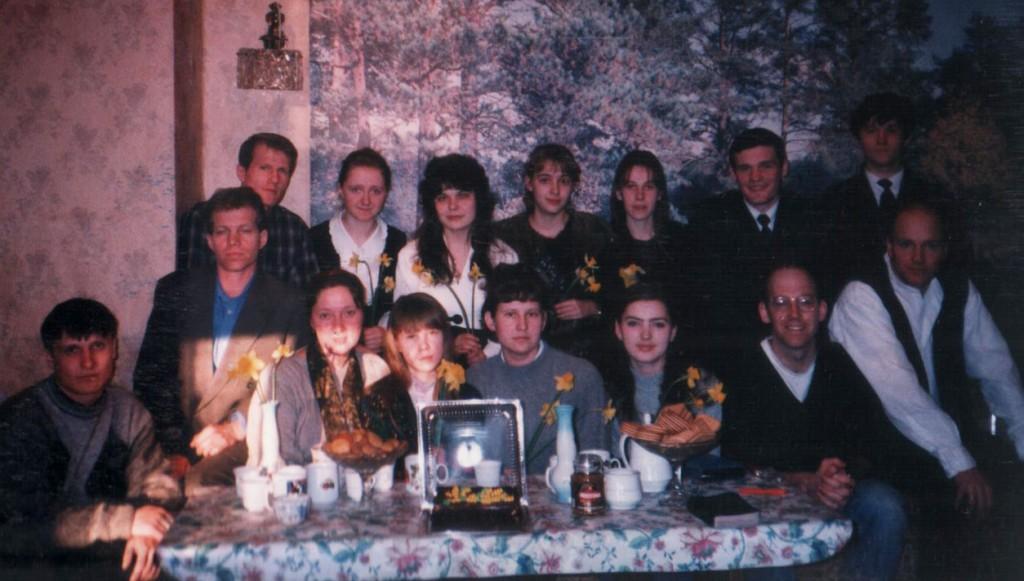 8 марта 1998 г. На молодежном общении. Братья поздравляют сестер с 8 марта